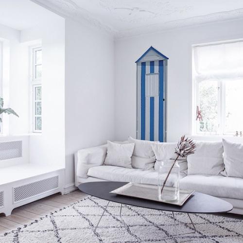 Décoration marine dans le salon avec un trompe-l'oeil de cabine de plage en bleu et blanc