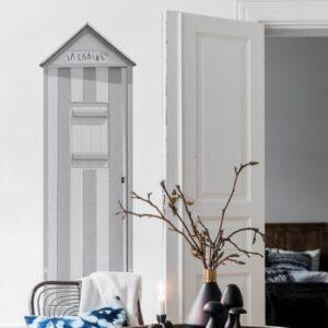 Décoration bord de mer dans une salon avec une cabine de plage adhésive grise.