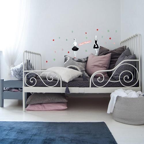 Stickers Haute Couture Parisienne déco dans une chambre de fille au-dessus d'un lit gris