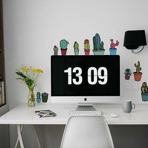 Stickers Mini Cactus colorés collé au-dessus d'un bureau