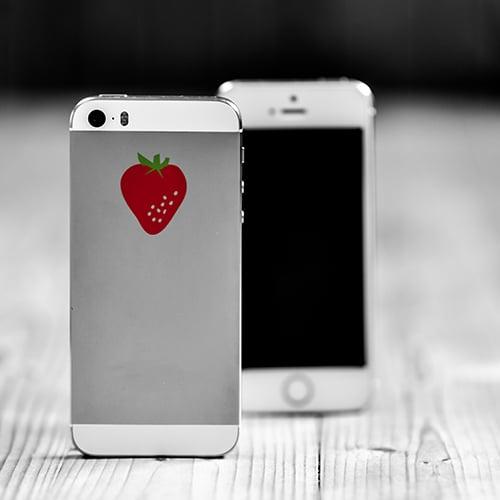 Sticker adhésif fraise sur téléphone