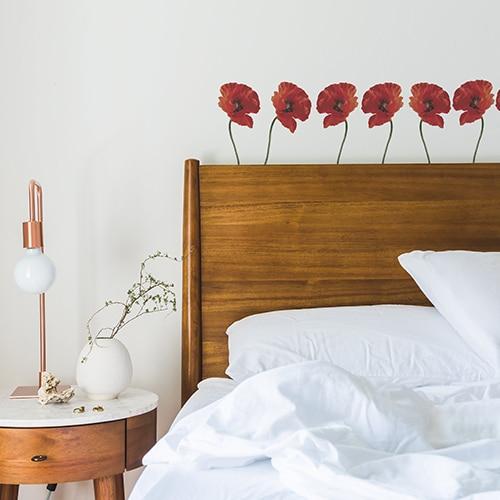 Stickers autocollants Petits Coquelicots Rouges dans une chambre au-dessus d'un lit