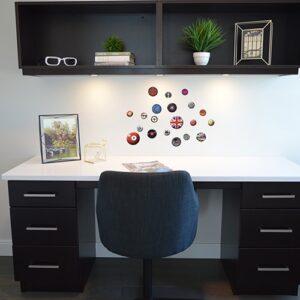 Exemple de déco de stickers rétro et vintage disposé dans un bureau