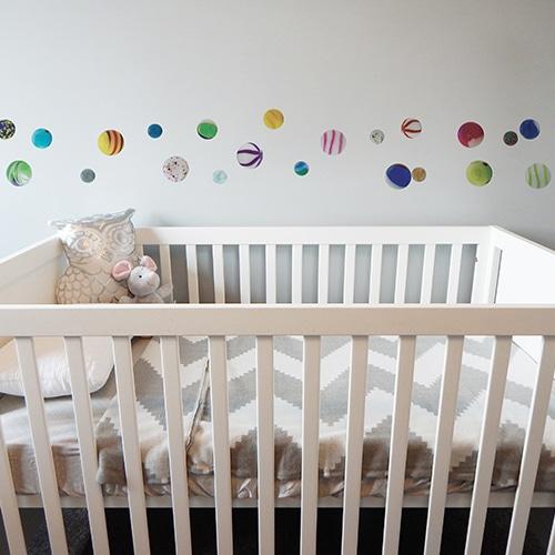 Billes collé sur un mur d'une chambre d'enfant