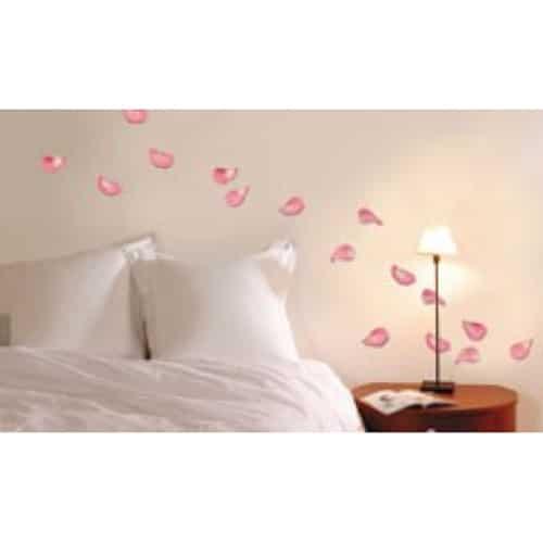 Stickers Pétales de Roses sur un mur dans une chambre au-dessus du lit