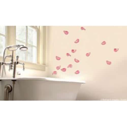 Stickers Pétales de Roses sur le mur d'une salle de bain