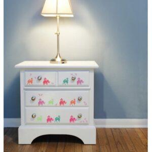 Sticker autocollant d'éléphants et dromadaires colorés sur un meuble blanc