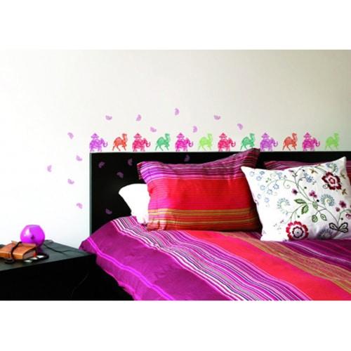 Sticker adhésif d'éléphants et dromadaires colorés au-dessus d'un lit