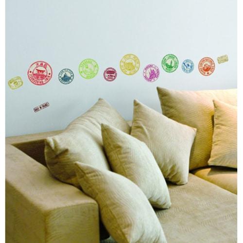 Le sticker autocollant Tampons pour une déco unique et tendance au-dessus d'un canapé beige