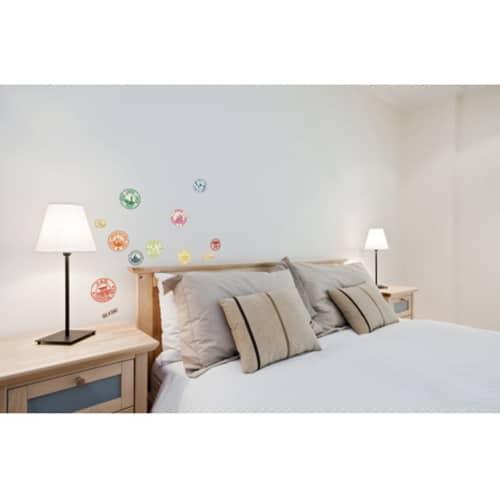 Décoration murale voyage avec un set de 12 stickers déco tampons de passeport en guise de tête de lit - déco voyage tête de lit