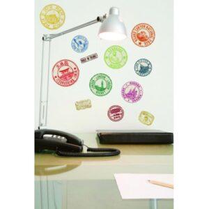 Bureau décorer avec un ambiance voyage et un ensemble de 12 tampons de passaport autocollant.