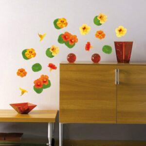 Adhésifs muraux capucines oranges et vertes mises en ambiance sur un mur clair