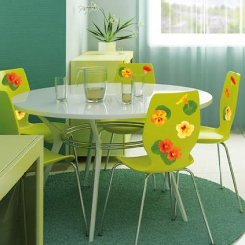 Autocollants muraux capucines oranges et vertes mises en ambiance sur chaises de salle à manger