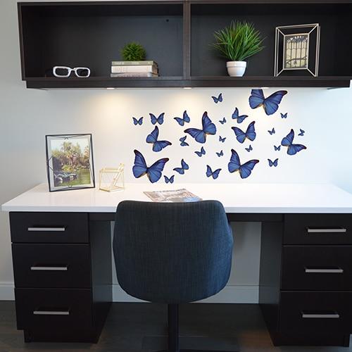 Stickers Papillons bleus au-dessus d'un bureau noir et blanc