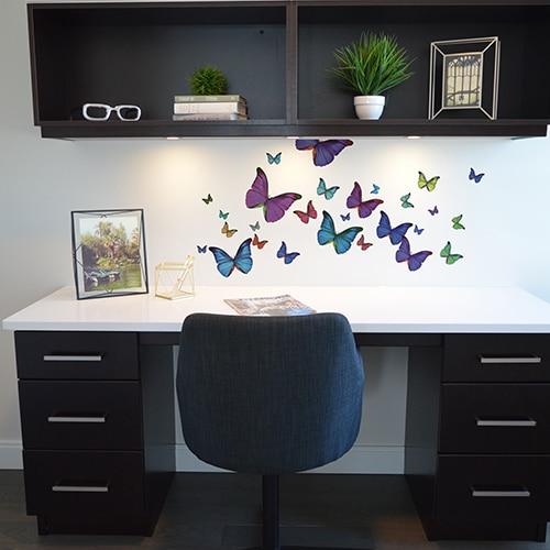 Stickers Papillons Multicolore au-dessus d'un bureau noir et blanc