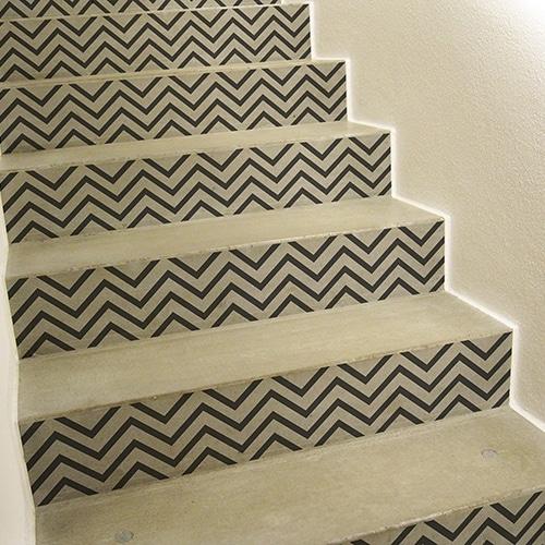 Stickers fins chevrons forme géométrique pour contremarches d'escalier clair