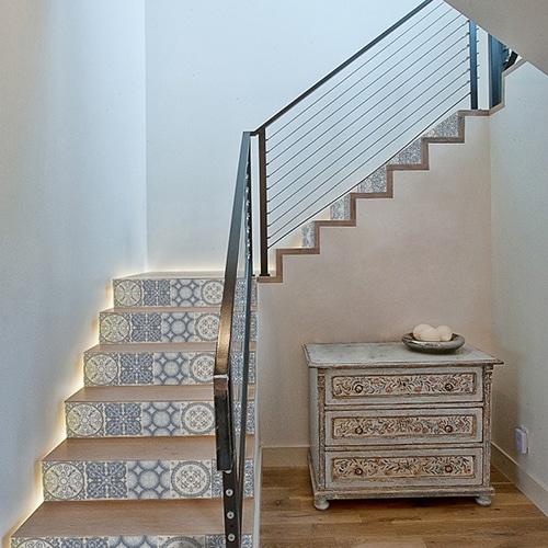 Sticker style mosaïque bleu pour ces contremarches adhésives d'escaliers en bois clair