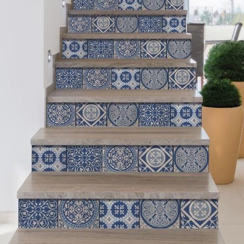 Escalier en bois décoré avec des contremarches adhésives pour escaliers représentant des carreaux de ciment bleu foncé