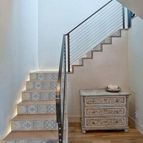 Sticker tendance bleu et blanc pour contremarches d'escalier