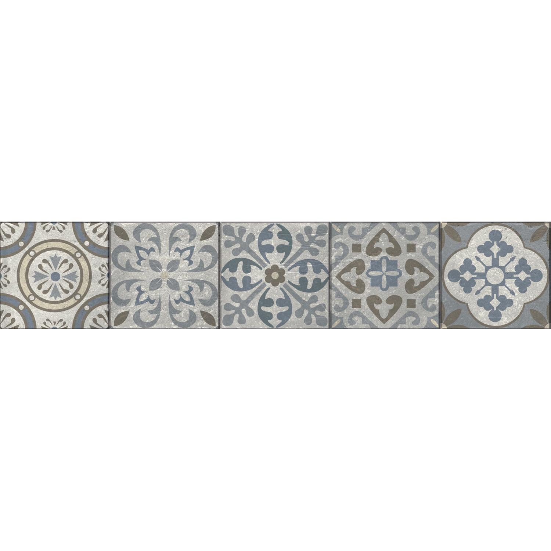 Escaliers luxueux dont les marches en bois sont ornés de stickers blanc ressemblant à des vitraux