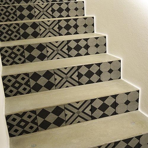 contremarches adhésives carreaux de ciment en noir et gris pour escaliers géométrique