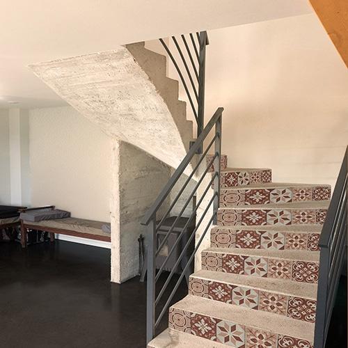 Sticker adhésif frise rouge et orange pour contremarches d'escalier