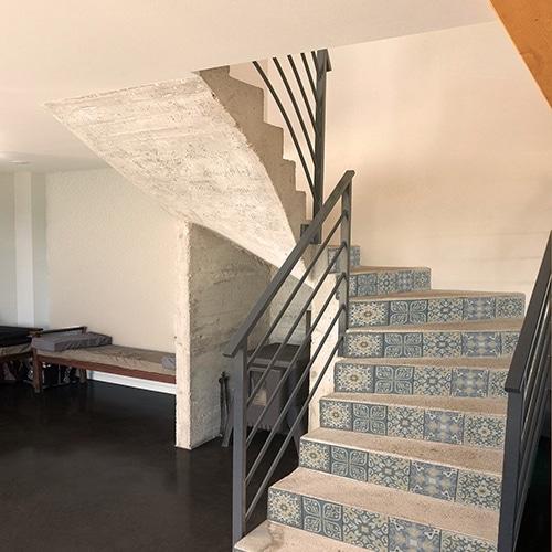 Sticker adhésif carreaux de ciment bleu vert et orange pour contremarches d'escalier en bois
