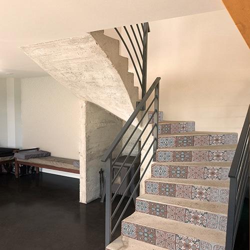 Sticker style mosaïque corail et gris clair pour contremarches d'escalier en bois moderne