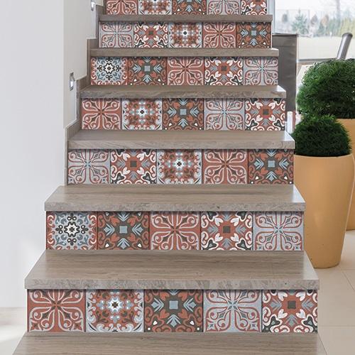 Sticker adhésif style mosaïque corail et gris clair pour contremarches d'escalier en bois foncé