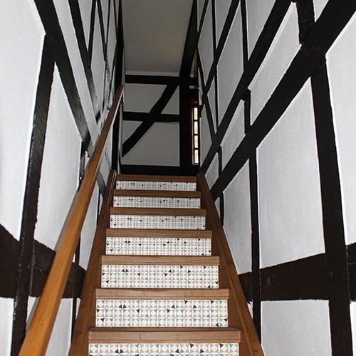 Sticker style mosaïque bleu vert et blanc pour contremarches d'escalier en bois