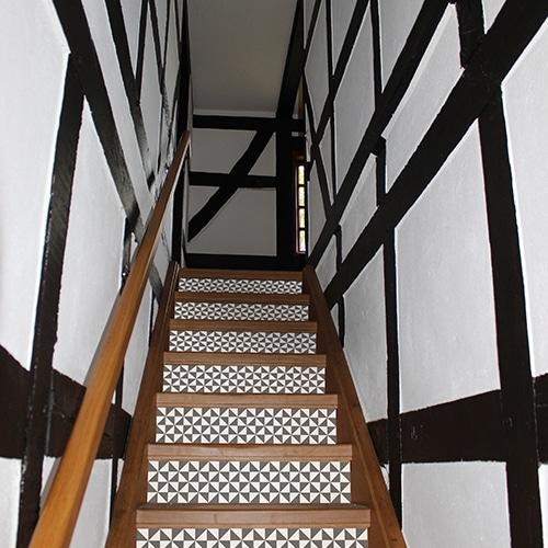 Sticker déco pour contremarches d'escalier en bois noir et blanc