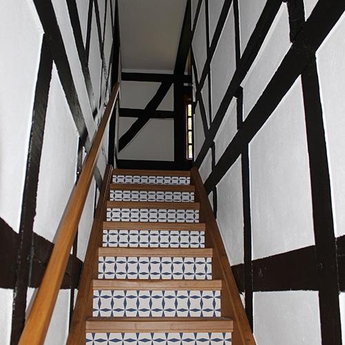 Sticker tendance bleu et blanc pour contremarches d'escalier en bois