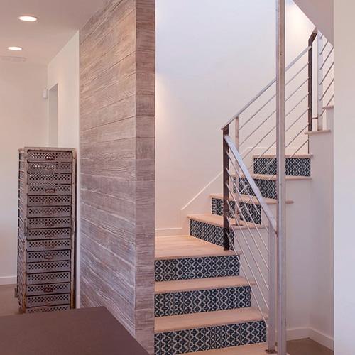 Sticker adhésif bleu tendance pour contremarches d'escalier en bois clair