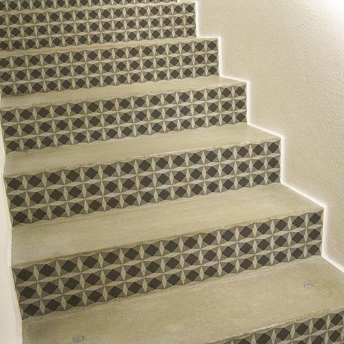 Sticker tendance style mosaïque noir et blanc pour contremarches d'escalier clair
