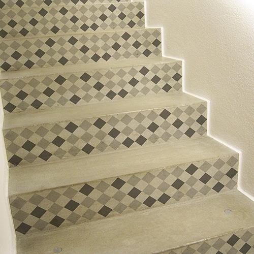 Déco d'escalier transformée par les stickers autocollant pour contremarches d'escalier chevrons 3D