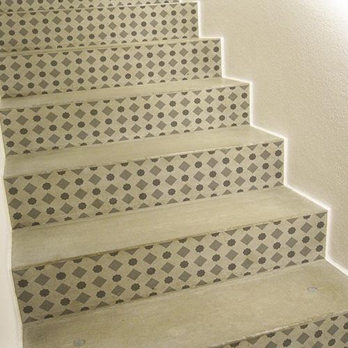 Sticker avec des formes grises pour contremarches d'escalier clair