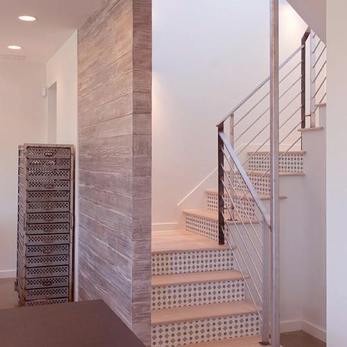 Sticker avec des formes grises pour contremarches d'escalier en bois clair