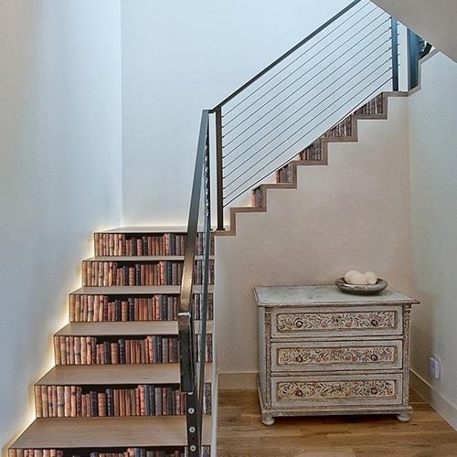 Sticker bibliothèque pour contremarches d'escalier en bois clair