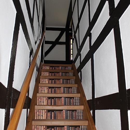 Sticker bibliothèque pour contremarches d'escalier en bois