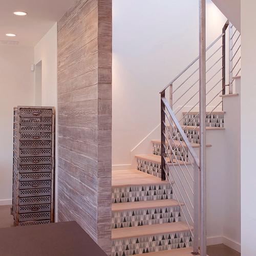 Sticker adhésif tendance gris blanc et noir pour contremarches d'escalier scandinave en bois clair