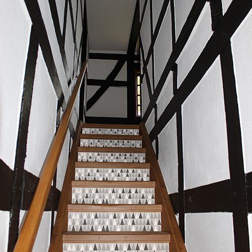 Déco d'escalier avec les 3 variation de la contremarches adhésive pour escalier scandinave Molfetta