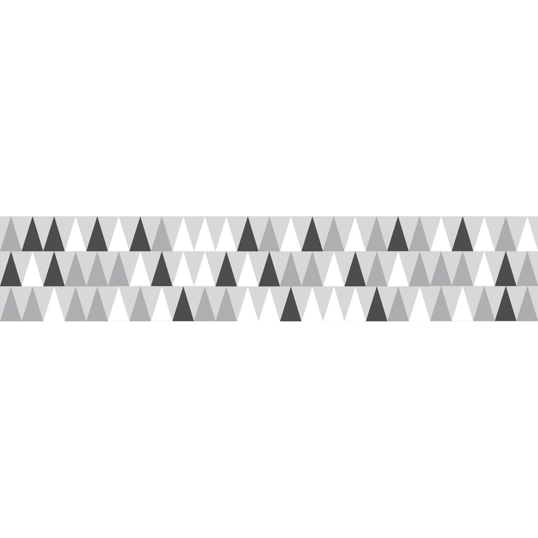 stickers autocollants pour contremarches petits triangles gris, noirs et blancs, mis en ambiance sur escaliers marrons clairs