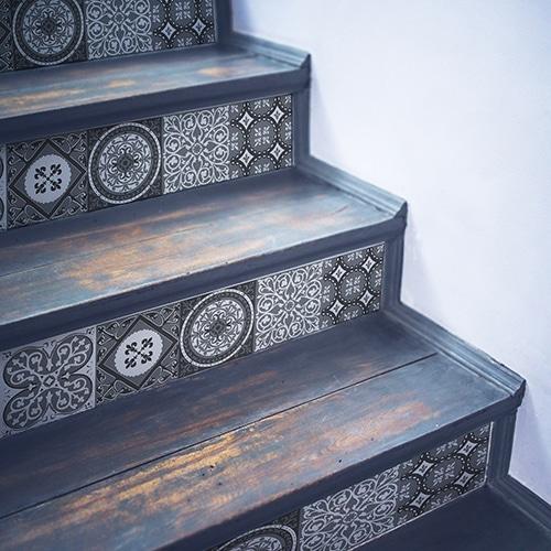 Sticker style mosaïque gris pour contremarches d'escalier en bois gris