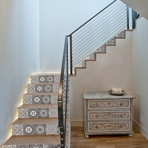 Déco d'escalier moderne avec des stickers de contremarches d'escalier adhésives au motif carreaux de ciment gris et blanc