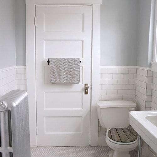 Sticker bois pour abattant de WC moderne dans une salle de bain