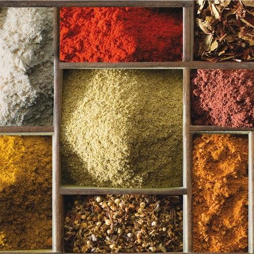 Découvrez cet étalages d'herboristerie avec des épices colorées.