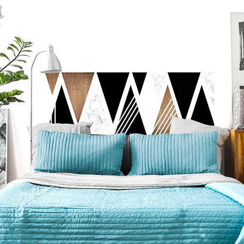 Sticker pour tête de lit Triangles Noirs et Boisés mis en ambiance sur un mur blanc
