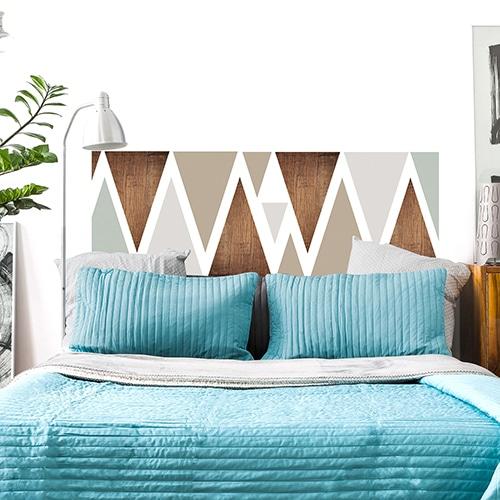 Sticker pour tête de lit Triangles Modernes mis en ambiance sur un mur blanc