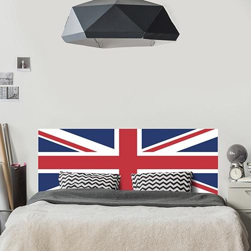 Sticker pour tête de lit Drapeau Royaume-Uni mis en ambiance dans une chambre à coucher aux murs gris clairs