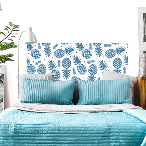 Sticker Ananas Bleus pour tête de lit mis en ambiance sur un mur blanc
